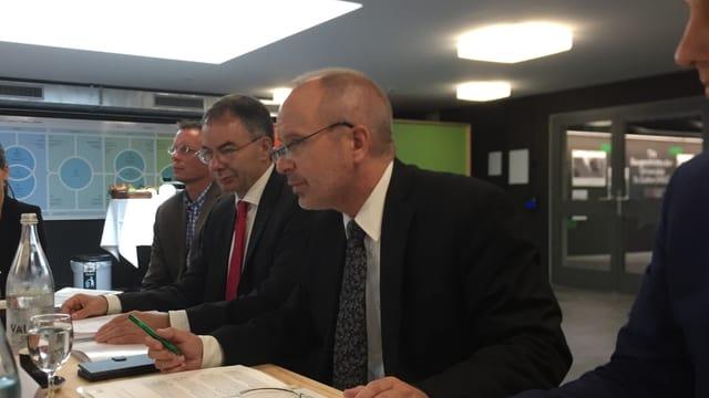 Der St. Galler Bildungsdirektor Stefan Kölliker (rechts) und der HSG-Rektor Thomas Bieger an der Jahresmedienkonferenz der HSG in St. Gallen.