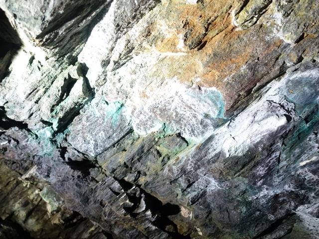 En questa galaria che vegn explotada il mument sur Marmorera, è da vesair il malachit ch'ha ina colur blaua.