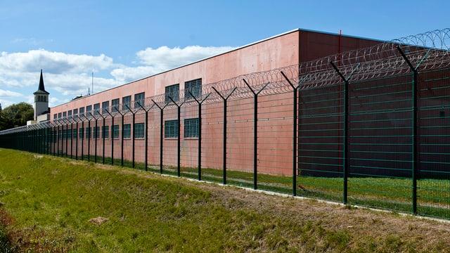 Blick von aussen auf die Freiburger Strafanstalt Bellechasse.