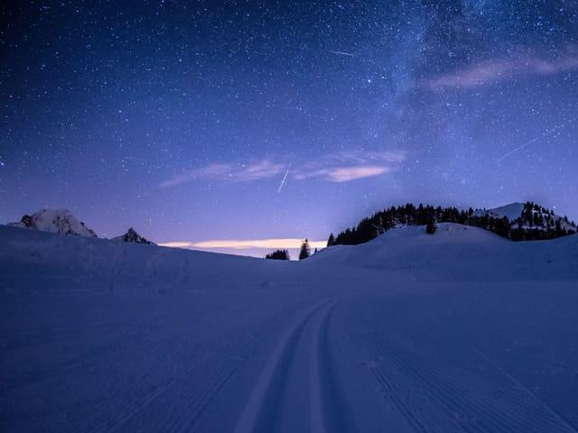 Das Bild zeigt eine langzeitbeleuchtugn des Himmels. Die Nacht wird fast schon zum Tag.
