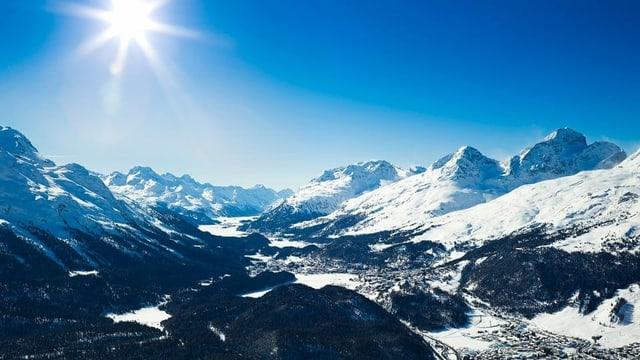 Vista da Muottas Muragl sur la cuntrada da lais da l'Engiadin'Ota, in di da bellezza l'enviern.