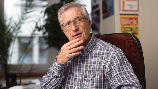 Regisseur Rolf Lyssy sitzt an Pult.
