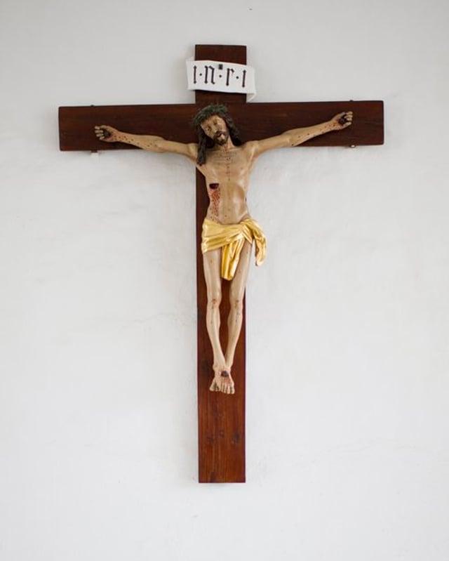 Ein Kruzifix an der Wand.