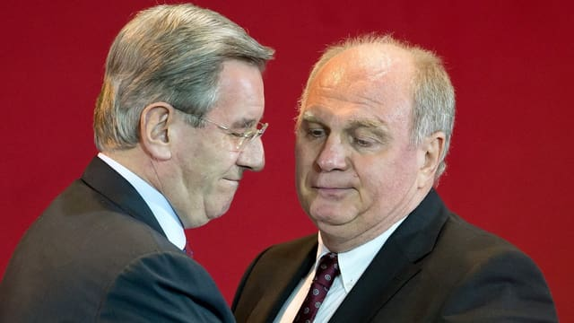Nicht ganz freiwillig übergibt Uli Hoeness das Präsidentenamt an Karl Hopfner.