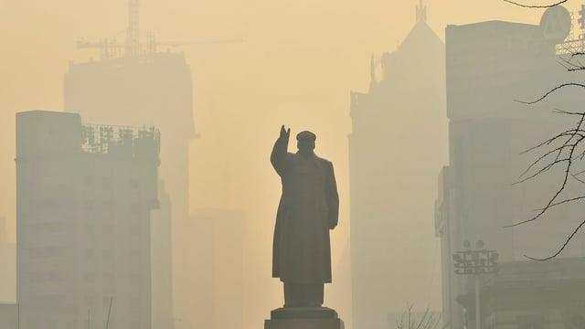 Eine Mao-Statue in Shenyang ist von dichtem Smog umgeben