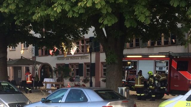 Feuerwehr-Wagen vor dem Restaurant «Goldener Sternen»