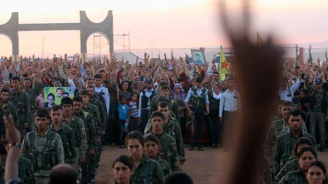 Kurdische YGP-Kämpfer trauern um gefallene Kameraden.