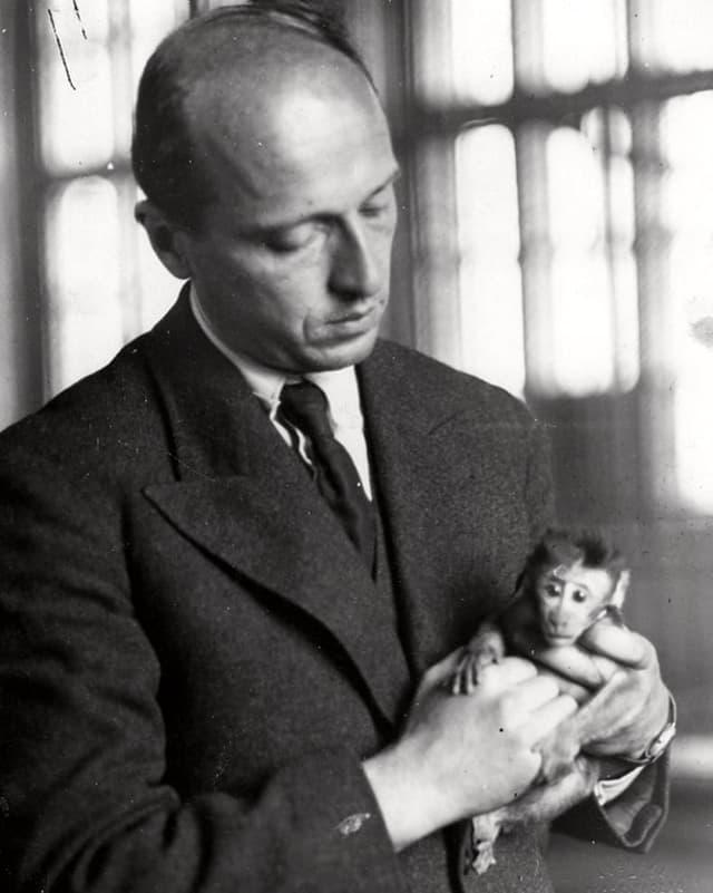 Jan Zabinski mit einem Affen