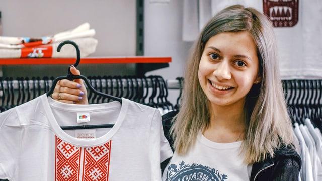 Anhelinas zeigt ein T-Shirt mit traditionellen Ornamenten.