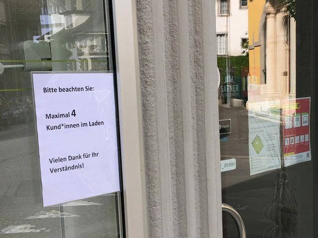 """Schild am Eingang zur Buchhandlung: """"Maximal 4 Kund*innen im Laden"""""""