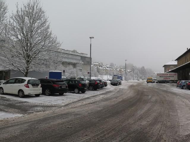 Strasse und Parkplätze