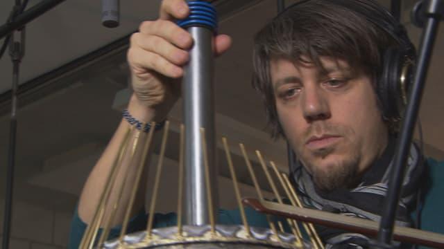 Komponist Ramón De Marco mit seinem Waterphone, einer Mischung aus Nagelgeige und Wasertrommel