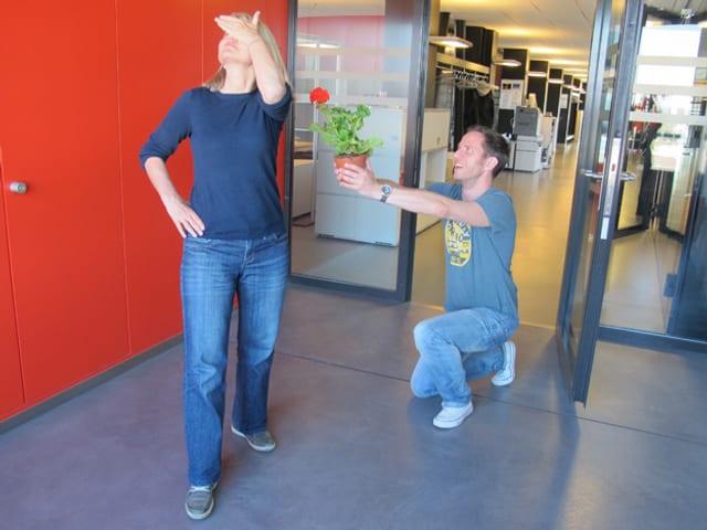 Adrian Küpfer kniet vor Christine Hubacher hin und hält ihr ein Geranium hin – sie dreht sich weg.