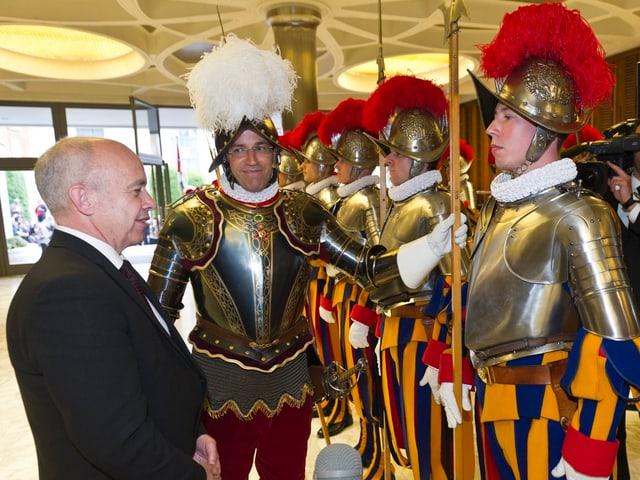 Bundespraesident Ueli Maurer begrüsst im Mai 2013 die 35 neuen Gardisten. In der Mitte Daniel Anrig.