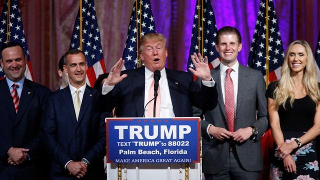 Donald Trump durant ses pled en il stadi federativ Florida.