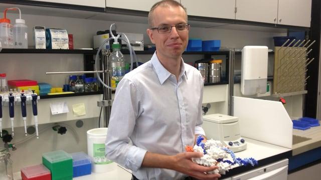 Martin Jinek mit einem Modell der Crispr-Schere in der Hand