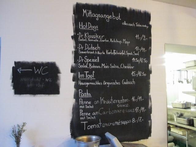 Hot-Dogs, Teigwaren und Suppe - das Mittagsangebot auf dem Menu an der Wand im «Provisorium 46»
