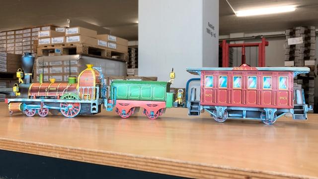 Eine alte Lokomotive zieht einen Zug als Bastelbogen