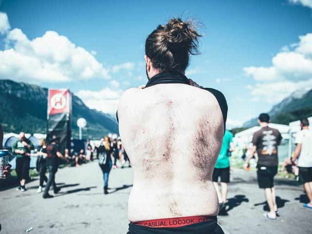 Rücken eines Festivalbesuchers