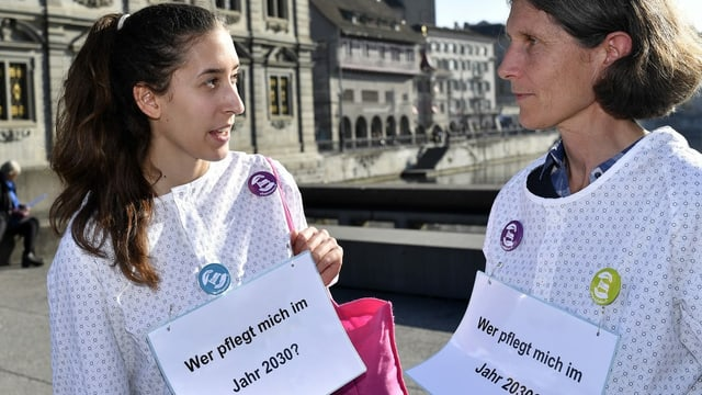 Zwei Pflegerinnen an einer Demo