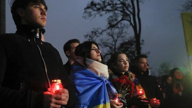 Ukrainer gedenken der Opfer des Krieges am 21. November 2020.