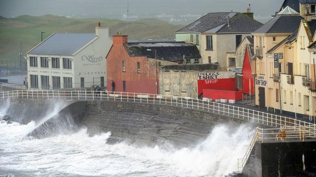 Purtret da l'Irlanda, ina costa dasper la mar, cun grondas undas.