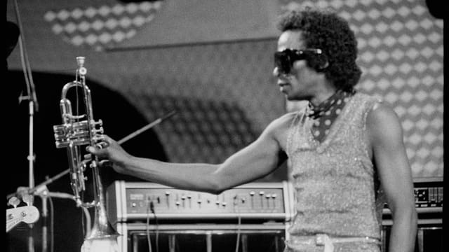 Trompeter mit Sonnenbrille auf der Bühne
