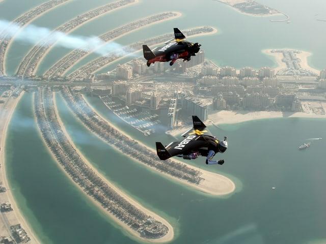 Yves Rossy und Partner fliegen über Dubai