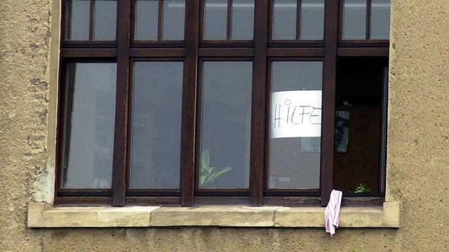 Leeres Schulfenster mit Zettel auf dem «Hilfe» steht. (Schulattentat Erfurt 2002)