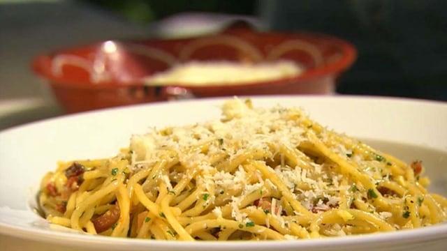Rick Steins Rezept für klassische cremige Spaghetti alla carbonara.
