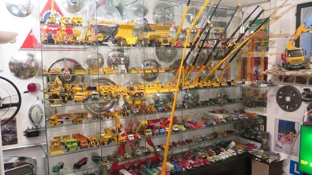 tausende Spielzeugautos auf einem Gestell