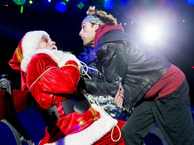 Weihnachtsmann und Bösewicht.