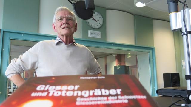 Britt im Studio des Regionaljournals Aargau Solothurn, im Vordergrund die Titelseite des Buchs.
