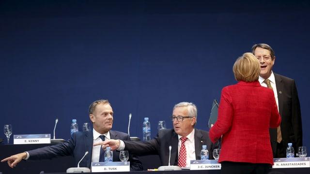 Tusk, Juncker und Merkel mit dem Rücken zur Kamera