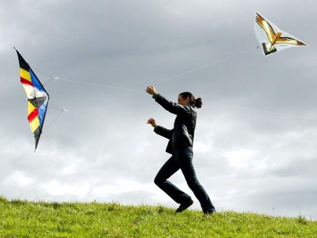 Eine Person lässt ihren Drachen steigen.
