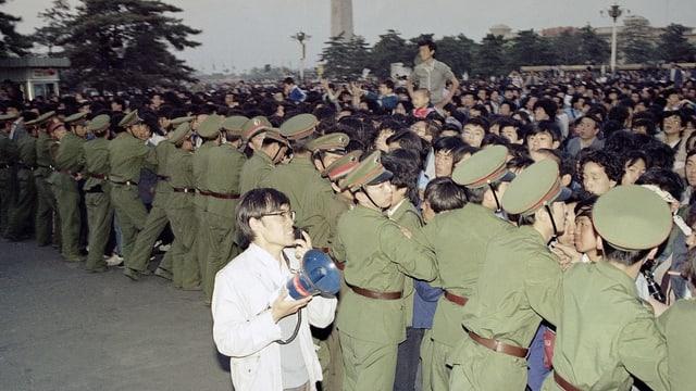 Soldaten versuchen die Demonstranten in Schach zu halten.