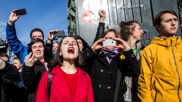 Junge Russen demonstrieren auf der Strasse gegen die Regierung