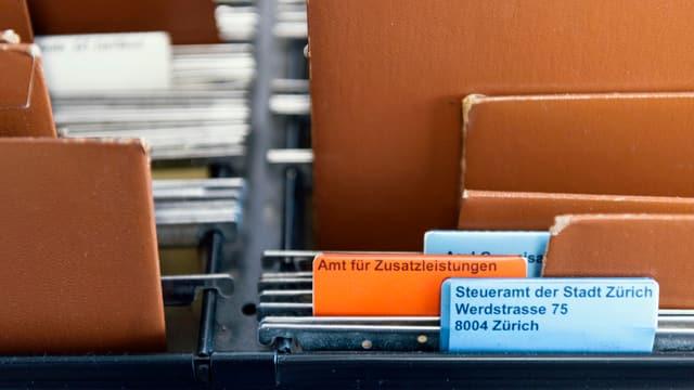 Hängeregister des Steueramts der Stadt Zürich mit einem Register, das mit Amt für Zusatzleistungen beschriftet ist.
