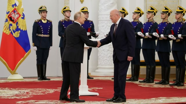 Putin schüttelt Alexander Ginzburg die Hand.