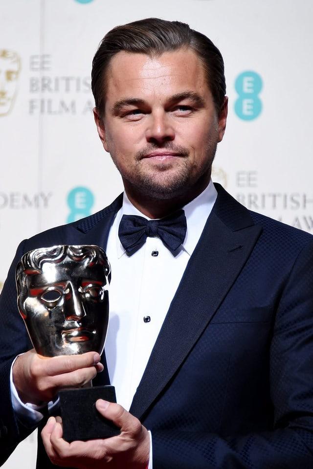 Der Hauptdarsteller in «The Revenant» sichtlich stolz auf seinen «Bafta»-Award.