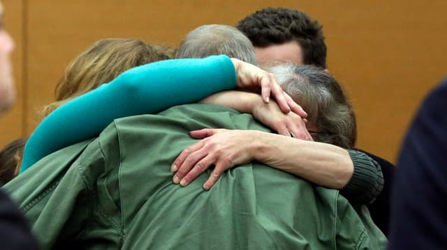 Familienangehörige umarmen David Ranta im Gerichtssaal.