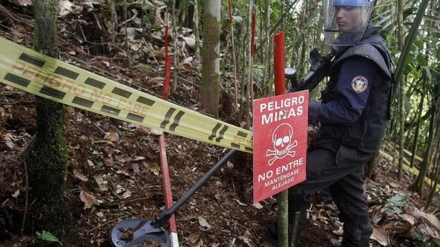 In um cun protecziun avant la fatscha tschertga minas en il guaud.