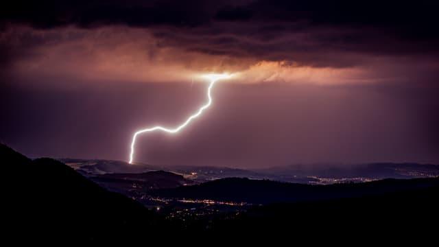 Ein Blitz am Nachthimmel.