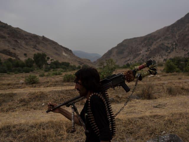 Afghanischer Polizist in einem Gebiet, in das sich IS-Kämpfer zurückgezogen haben.