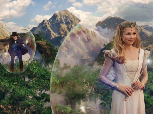 James Franco als Oz, Michelle Williams als Glinda.