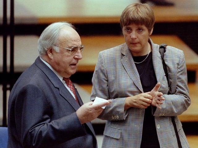 Helmut Kohl und Angela Merkel im Gespräch.