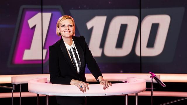 Susanne Kunz auf Quiz-Insel vor «1 gegen 100»-Logo