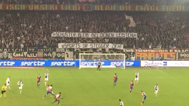 Nicht allen Fans passt das E-Sport-Engagement: das Banner im Spiel zwischen dem FC Basel und dem Grasshopper Club Zürich.