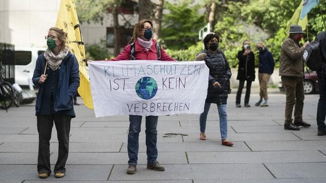 Zu sehen Klimajugend beim Demonstrieren.