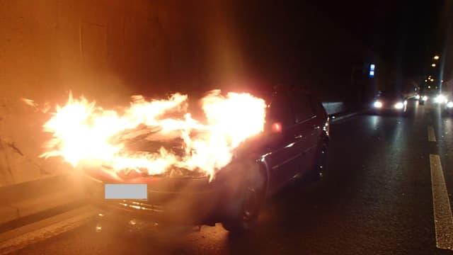 Die Flammen waren zu stark: Zwei Polizisten gelang es nicht das Feuer mit einem Handfeuerlöscher zu löschen.